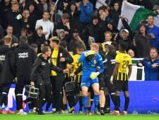 Staking, rode kaarten en een pitch invasion: Vitesse wint in knotsgek duel van FC Groningen
