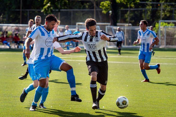 Marley Ibrahim in actie voor Eldenia in de derby met  Arnhemse Boys.