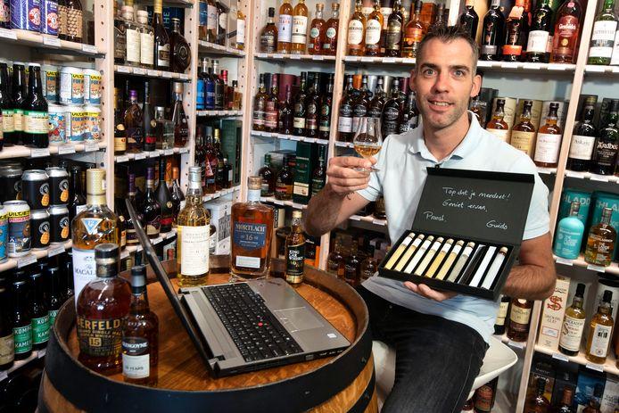 Guido Lenting van Wijnzinnig in Gendt met zijn proefset voor een online whisky-proeverij die in september wordt gehouden.