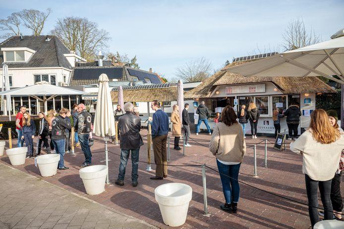 Lenteweer trekt veel mensen naar IJssalon Ekkelenkamp in Ommen.