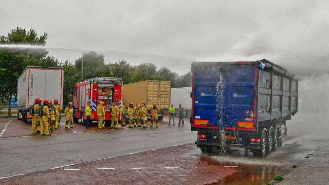 Brand in vrachtwagentrailer zorgt voor rookwolk op A2 bij Maarheeze
