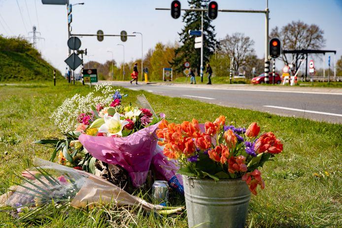 De bloemen vlakbij het kruispunt waar het meisje verongelukte.