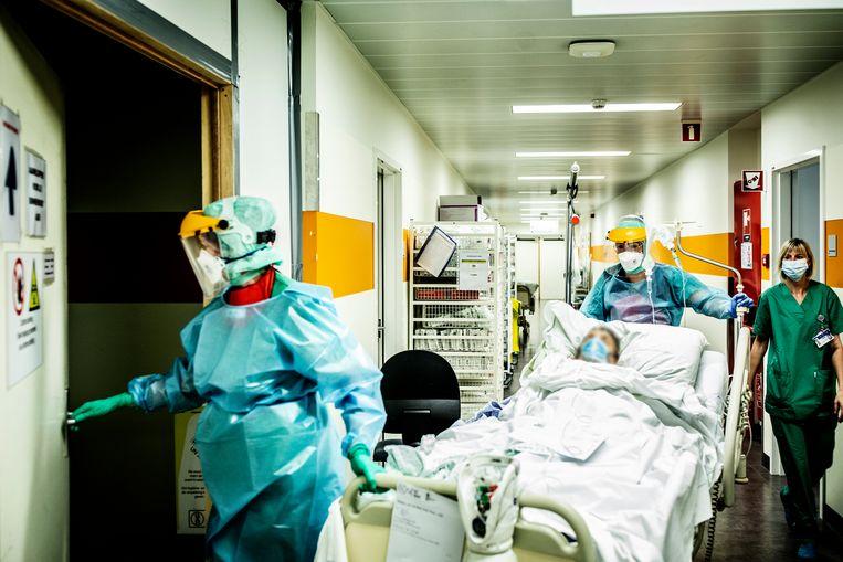 Er liggen nu 3.049 Covid-patiënten in het ziekenhuis, van wie 941 op de intensieve zorg. Beeld Franky Verdickt