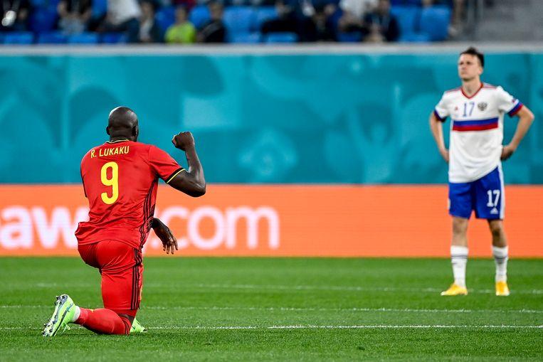Lukaku knielt en steekt de vuist in de lucht, voor de match tegen Rusland.  Beeld BELGA