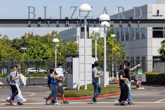 Sur cette photo d'archive, des employés de l'entreprise de jeux vidéo Activision Blizzard organisent un rassemblement de protestation pour dénoncer la réponse de l'entreprise à une action en justice du ministère californien de l'Emploi et du Logement équitable et pour demander des changements de conditions pour les femmes et d'autres groupes marginalisés, à Irvine, en Californie, le 28 juillet 2021.