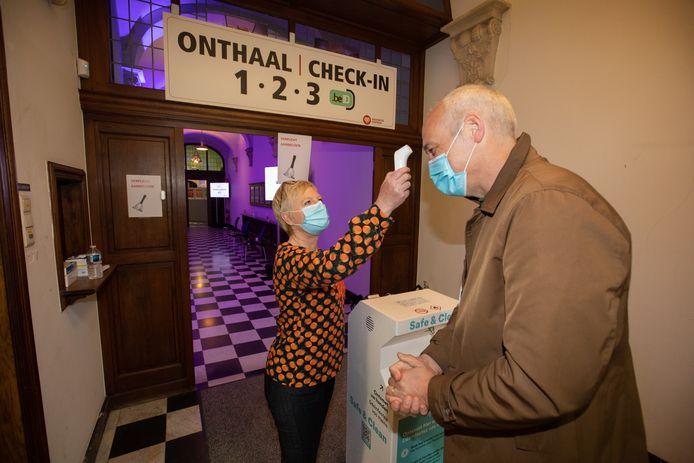 Beleef het nieuws vanop de eerste rij zoals hier in het vaccinatiecentrum van Sint-Truiden.