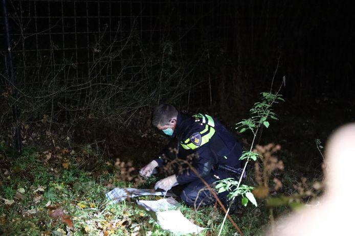 Een agent vindt in openluchtzwembad Klarenbeek in Arnhem een door overvallers vernielde iPhone.