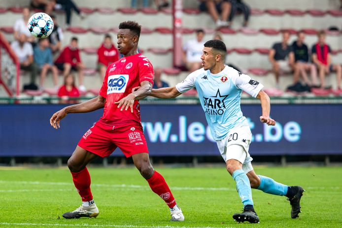 Muhammed Badamosi de Courtrai et Yahya Nadrani de Seraing se disputent le ballon lors d'un match de football entre le KV Kortrijk et le RFC Seraing, samedi 24 juillet 2021 à Courtrai, lors de la première journée de la première division du championnat belge 2021-2022 de Jupiler Pro League.
