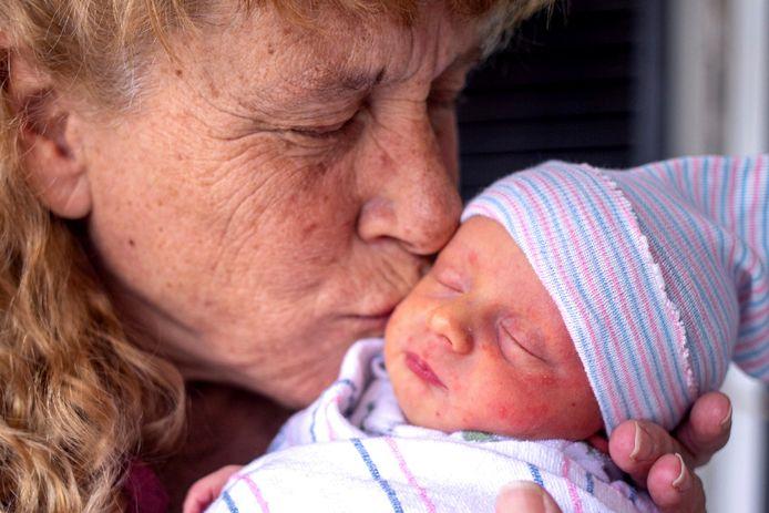 Barbara Higgins knuffelt haar zoon.