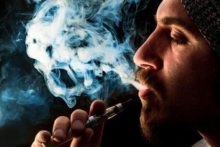 De damp van een e-sigaret is minder schadelijk dan de damp van een gewone sigaret.  Beeld thinkstock