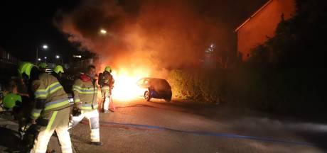 Twee auto's gaan in vlammen op in Tiel