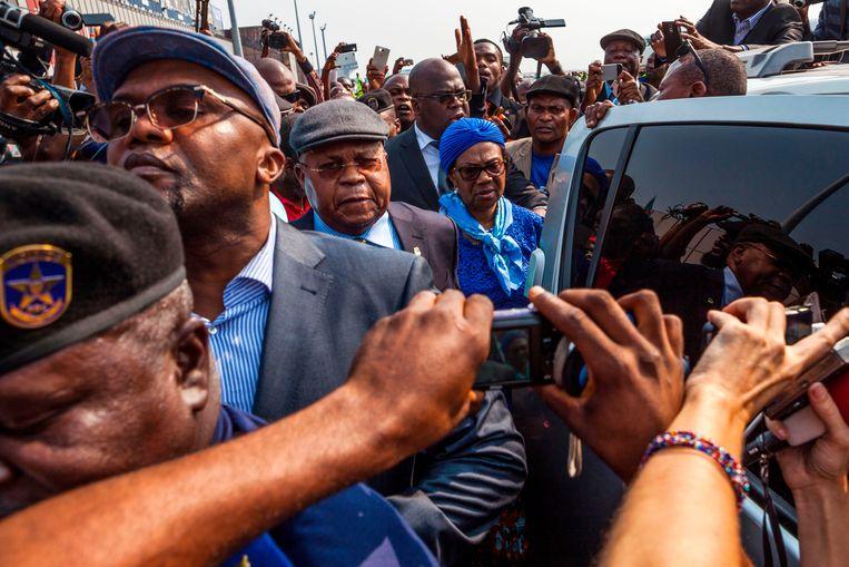 Journalisten en aanhangers verdringen zich in 2016 om een auto waarin Etienne Tshisekedi wordt vervoerd. De oppositieleider overleed een half jaar later, maar werd nooit begraven.  Beeld AFP
