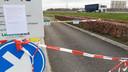 Wie uit de auto stapt kan de tekst lezen op de borden: 'Tot nader order gesloten!!' Rechts het verkeer op de A28.