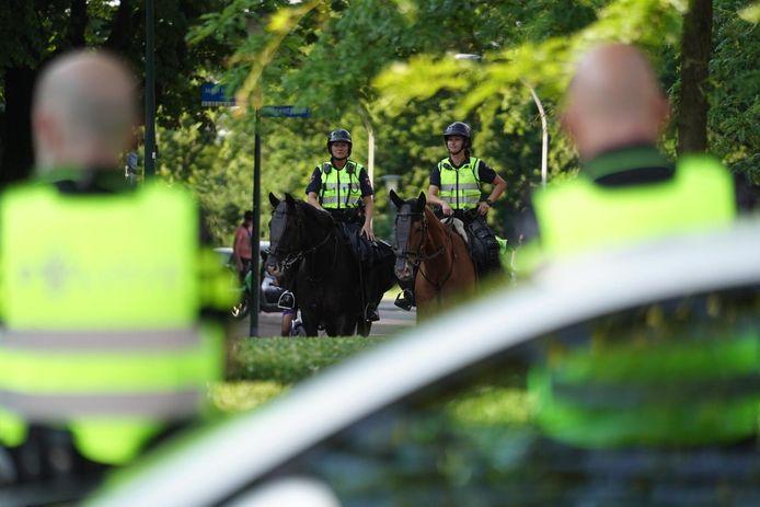 De politie is in grote getale aanwezig in de wijk Tongelre in Eindhoven vanwege een noodverordening na oproep onder jongeren om rellen in Helmond te overtreffen.