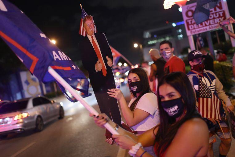 Trump-supporters betuigen hun steun voor de zittende president terwijl ze wachten op de uitslagen van de presidentsverkiezingen in Miami, in de staat Florida. Beeld Getty