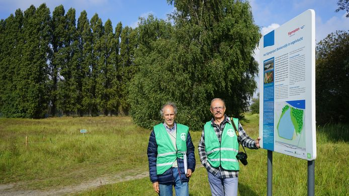 René Maes en Jef Van de Wiele in het natuurreservaat Blokkersdijk. Op de achtergrond de 20 meter hoge populieren die nu als afscherming staan rond 3M.