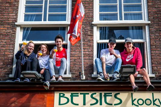 De bewoners van een Utrechts studentenhuis hebben zaterdag de ramen opengezet en geniet van het mooie weer