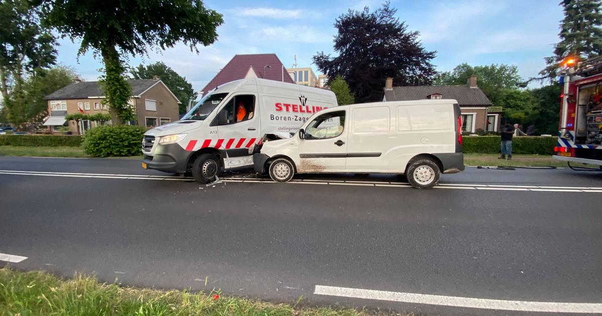 Bestuurder gewond bij botsing van twee bestelbussen in Harderwijk.