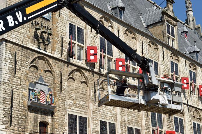 Poppenspel en carillon zijn maandag na restauratie teruggeplaatst aan de zijgevel van het stadhuis.