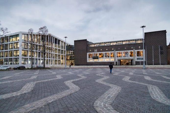 Een leeg plein voor het provinciehuis in Arnhem.