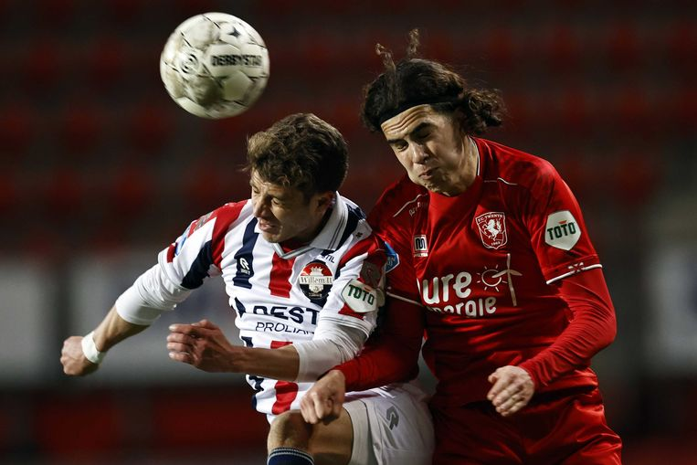 Mats Köhlert van Willem II probeert tegelijk met Ramiz Zerrouki van FC Twente te koppen. Beeld ANP