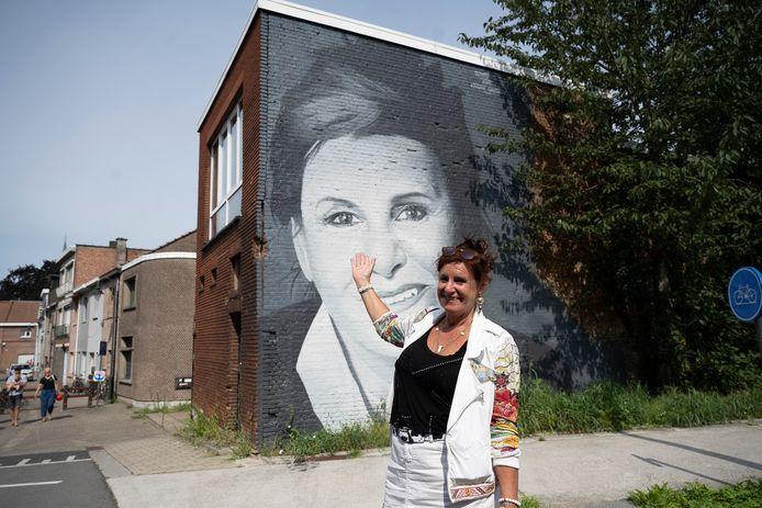 Loes Van den Heuvel, vooral bekend als Carmen uit F.C. De Kampioenen, aan haar nieuw muurportret in Boom