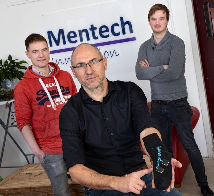 Vlnr. Erwin Meinders, Eric Riegen en Reon Smits van Mentech met de 'stress-meetsok'