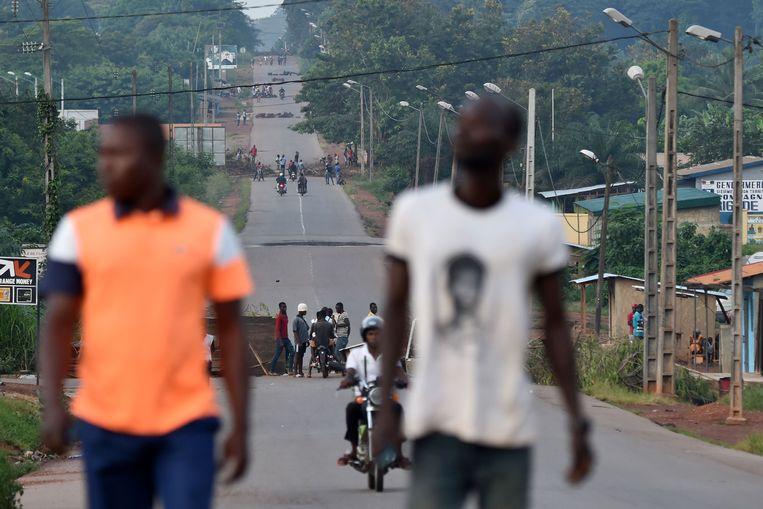 Maandag werd nog gedemonstreerd tegen een derde termijn van president Ouattara, zoals hier op een versperde weg in Daoukro, in het oosten van Ivoorkust. Beeld AFP