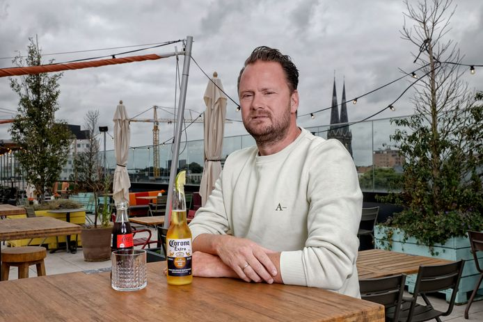 """Jaap van Ham in zijn Rooftopbar Doloris met uitzicht over Tilburg: ,,Als je droog naar de cijfers kijkt, gaat het als een tierelier."""""""
