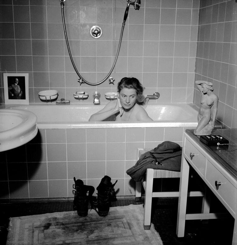 Portret van Lee Miller in Hitlers badkuip (1945). Een foto van collega David E. Scherman die voor ophef zorgde. Beeld David E. Scherman