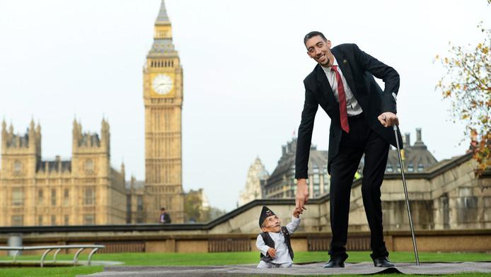 De kleinste en grootste man ter wereld vandaag in Londen.