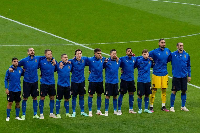 Het Italiaanse elftal tijdens het volkslied voor de gewonnen halve finale tegen Spanje. Beeld AFP