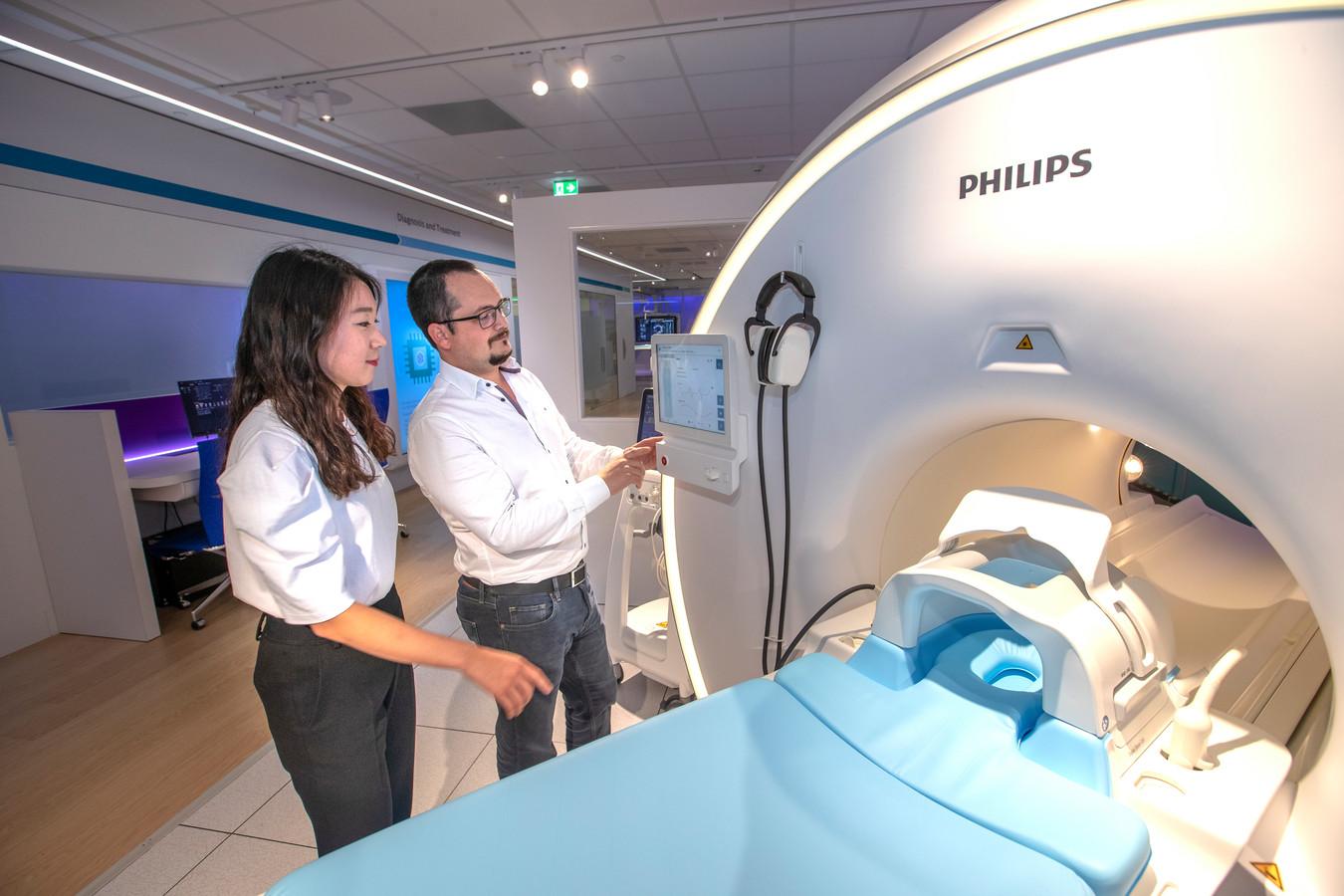 Hyelin Lee en Florian Boulanger van Philips Health Care gaan tijdens de DDW hun ontwerpen van een MRI-scanner presenteren.