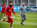 Kai Havertz en Peter Bosz tijdens de training.