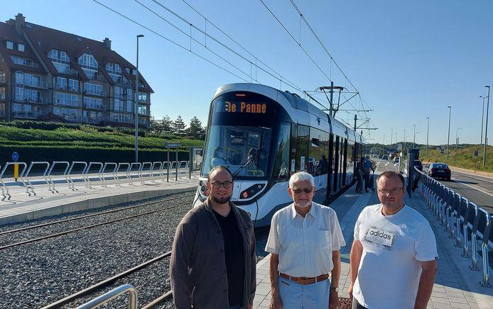 Jan De Soete (Fractieleider), Eric De Corte (bepleiter tramhalte) en Sandy Buysschaert (CD&V) bij tramhalte Maritieme Zone.
