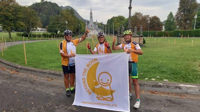 """Samen met twee kompanen bereikt de 84 jarige Nest na tien dagen fietsen Lourdes: """"Ondanks we geen rustdag hadden, waren de ritten best te doen"""""""