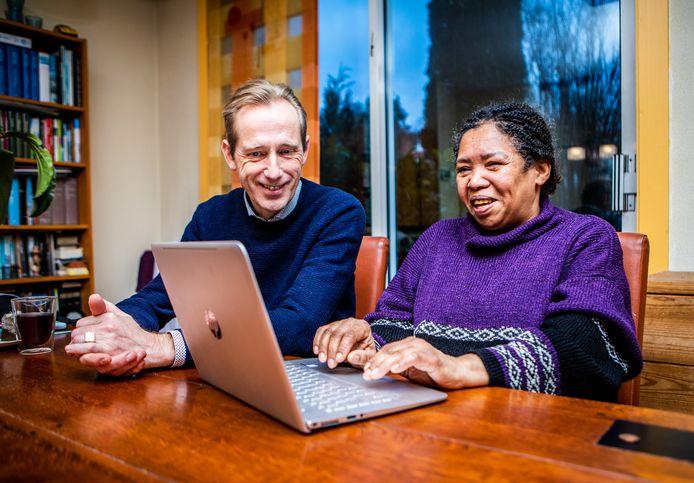 Jan-Willem Boersma en Rosie Bakker werken achter de laptop aan een brief voor haar.