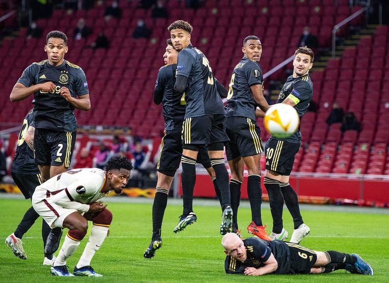 De Ajaxmuur springt, Davy Klaassen ligt, maar de vrije trap van Pellegrini treft wel doel, 1-1.  Beeld  Guus Dubbelman / de Volkskrant