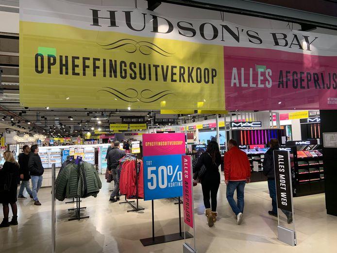 Opheffingsuitverkoop bij Hudson's Bay in Utrecht.