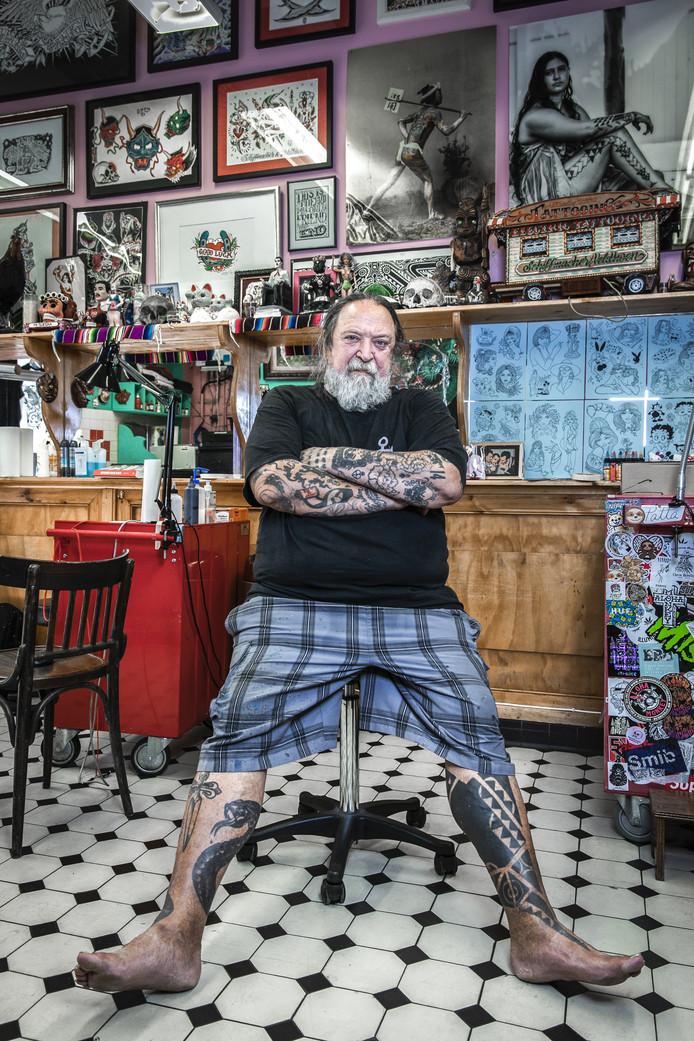 Henk Schiffmachter ontwierp het mes Louise in zijn tattoowinkel in Amsterdam. Foto Dingena Mol
