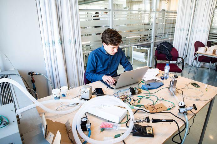 TU Delft-student Hubald Verzijl werkt aan de ontwikkeling van de beademingsapparatuur.