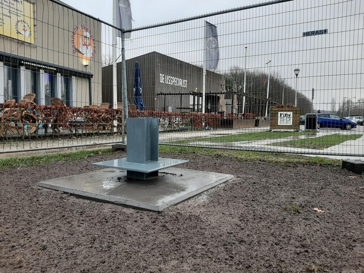 De sokkel voor het monument tegen zinloos geweld is gereed. De vlinderboom komt te staan tegenover de horecazaken aan de Campenhoefdreef.