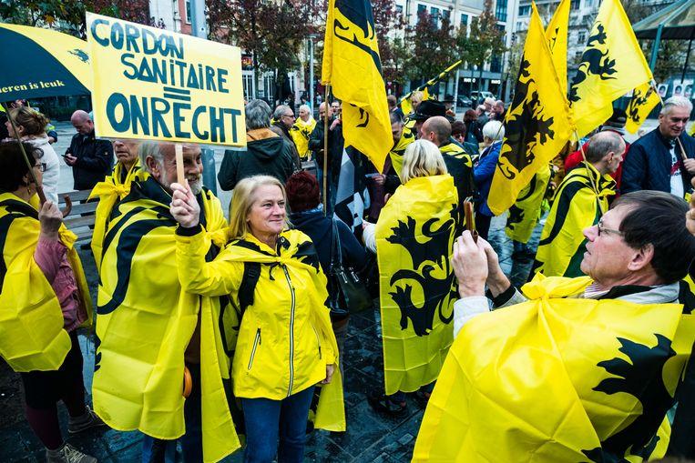 De manifestanten eisen dat de politiek rekening houdt met hun stem bij de jongste verkiezingen. 'Verbreek nu eindelijk het cordon.' Beeld Benoit De Freine