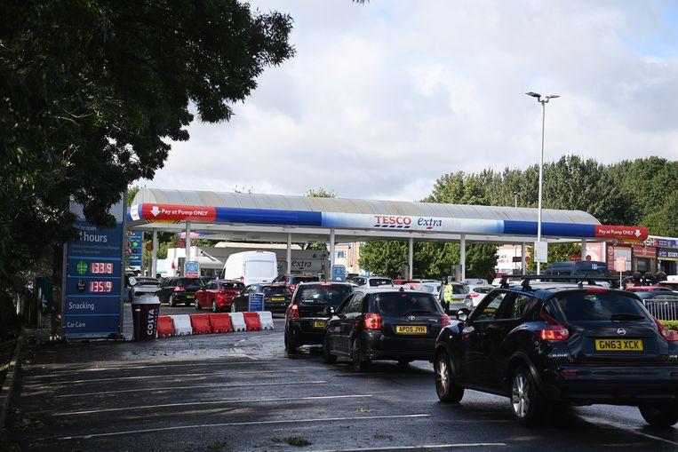 Britse automobilisten staan vaak lang in de rij in de hoop hun tank vol te kunnen gooien. Beeld EPA