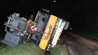 Kraanwagen van 90 ton glijdt in de gracht in Lendelede