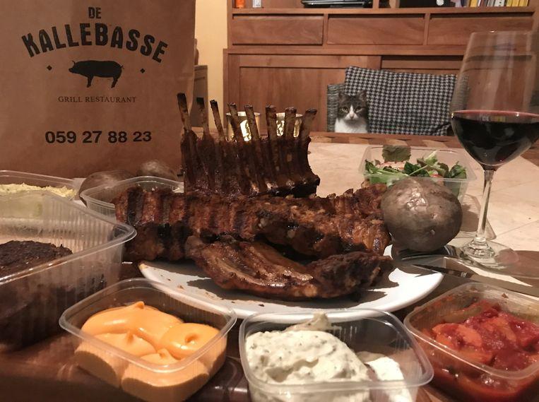 De Kallebasse serveert schitterend gekruid en gegrild vlees voor thuis, zoals ribbetjes en lamskroontje. Zelfs onze kat des huizes begon te likkebaarden.