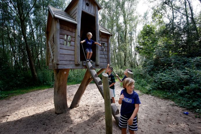 Kinderen spelen in het speelhuisje van de Speelpolder Hooge Nesse bij Zwijndrecht.
