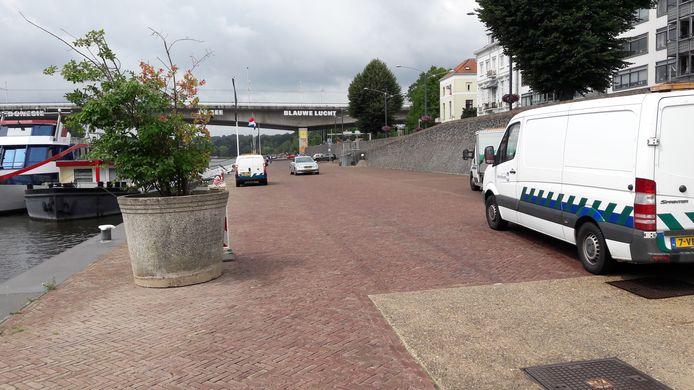 Behalve plantenbakken moet ook een tijdelijk parkeerverbod bijdragen aan een oplossing voor de overlast op de Rijnkade in Arnhem.
