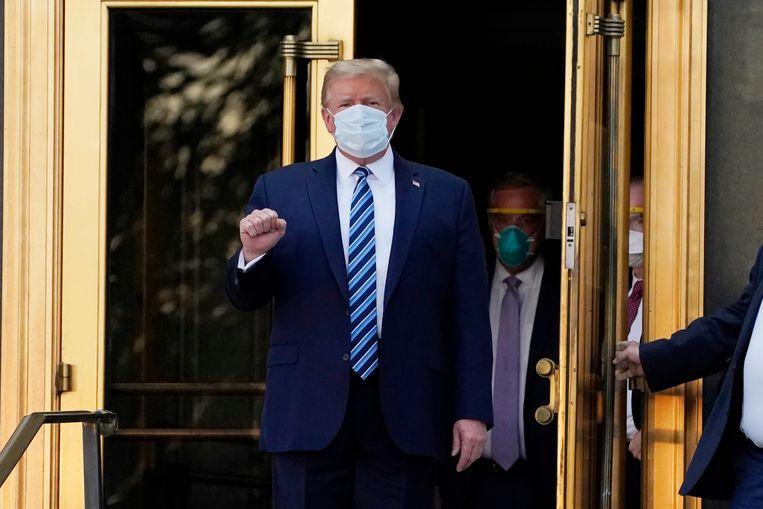 Donald Trump verlaat het Walter Reed-ziekenhuis in Bethesda. Beeld AP
