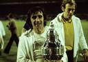 Willy van der Kuijlen met de eerste grote prijs van PSV in de jaren zeventig: de KNVB-beker in 1974. Rechts naast hem goalie André van Gerven, die toen in de finale keepte in plaats van Jan Beveren.